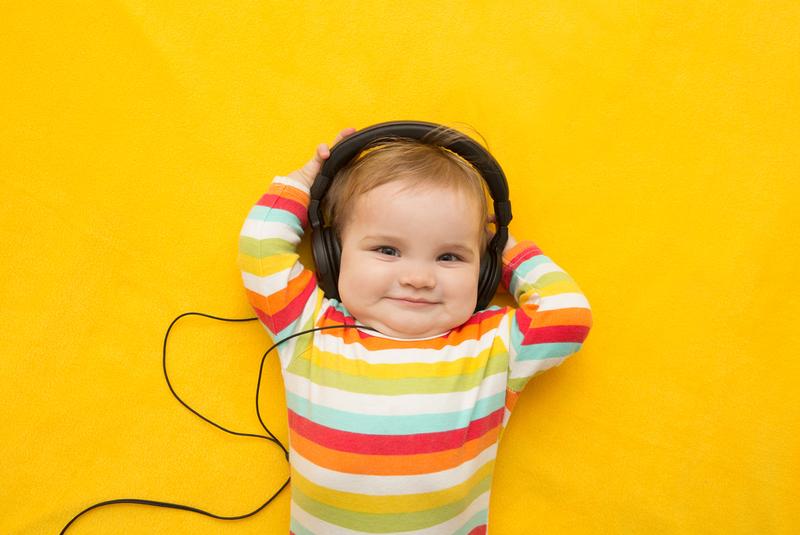 Bébé écoute de la musique