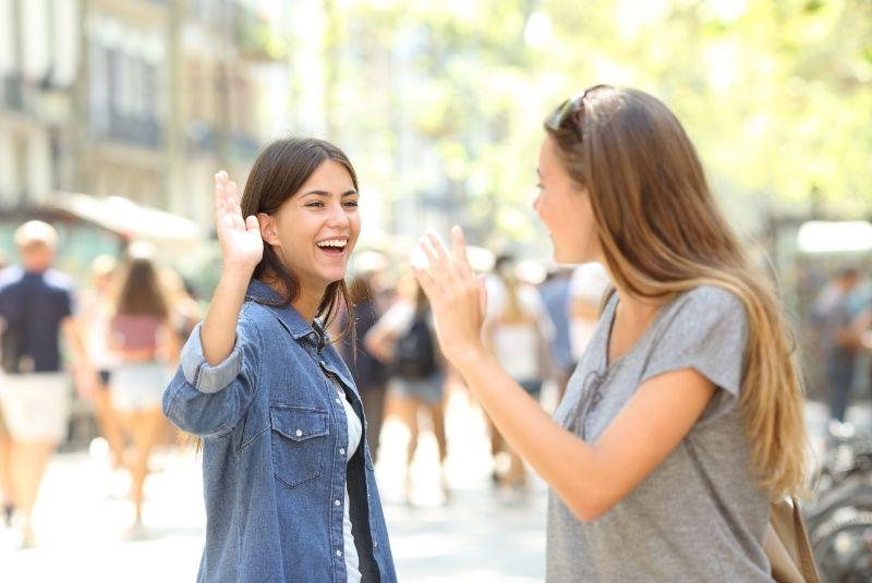 Cómo saludar en inglés en encuentros inesperados