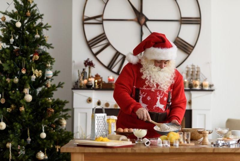 Santa Claus cocinando para Navidad